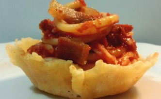 Bucatini all'amatriciana serviti arrotolati in tuile di parmigiano