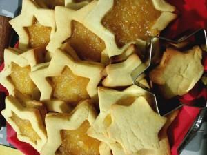 biscotti a forma di stelline con frolla all'olio d'oliva ripiene di marmellata al limoni