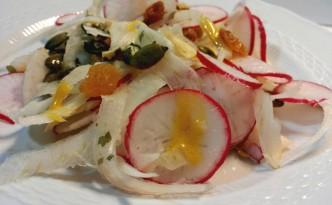 Insalata con finocchi, ravanelli, uva sultanina e semi di zucca condita con vinagrette di senape