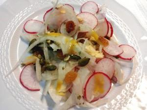 Insalata con finocchi, ravanelli, uva sultanina e semi di zucca condita con vinagrette alla senape e lime