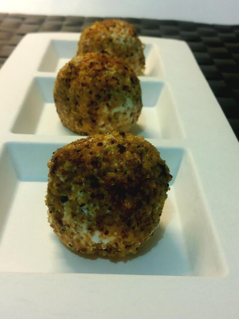 Palline di formaggio cremoso ed uva ricoperte di granella di pistacchi - finger food