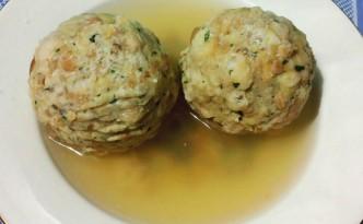 Canederli, palline di pane raffermo con speck e formaggio in brodo