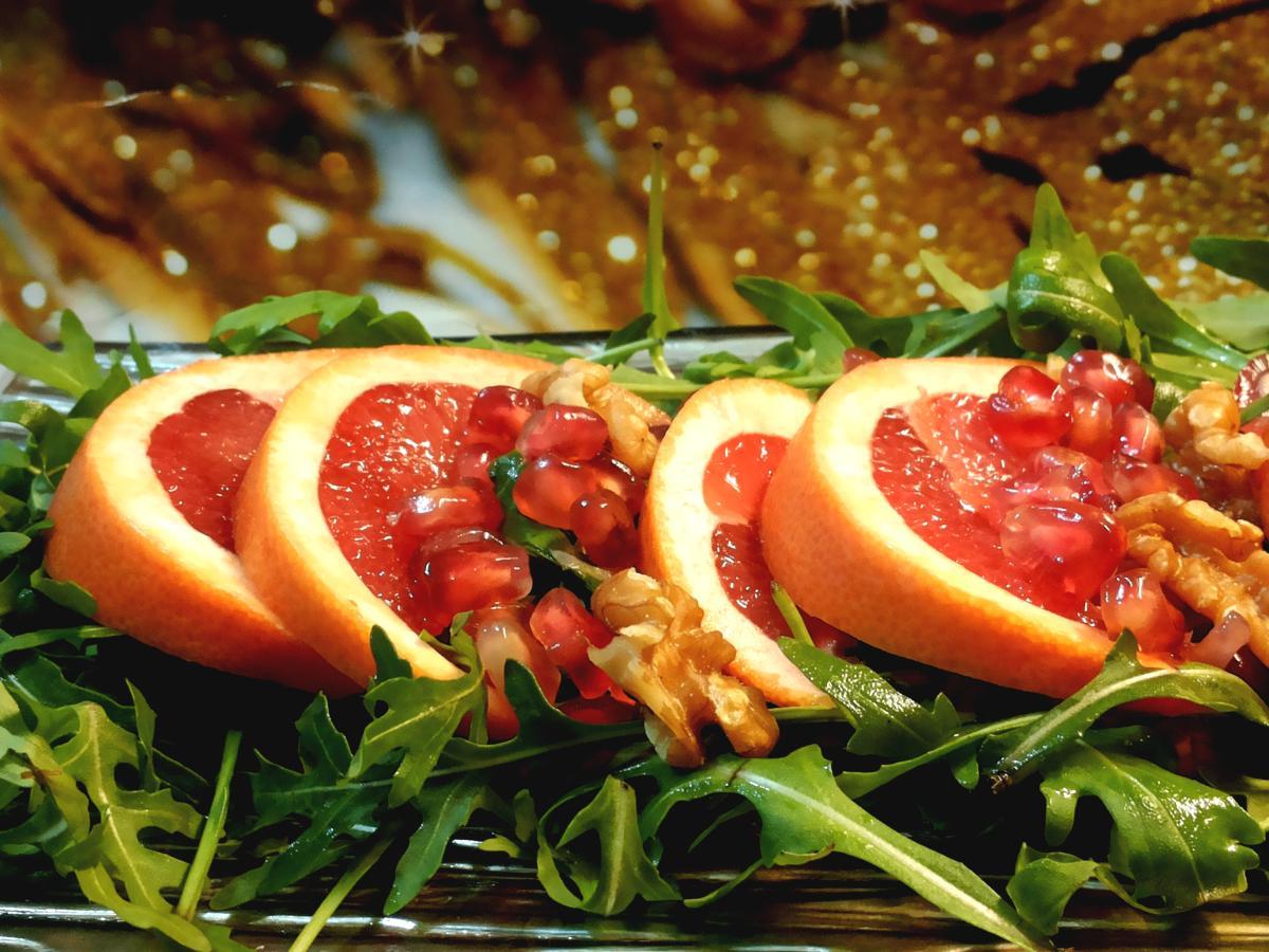 Insalata con rucola, melograno, pompelmo rosa e noci  - proposta per il menù di capodanno