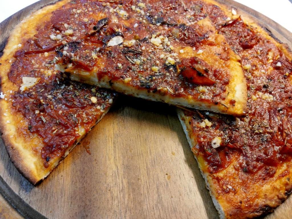 Pizza veloce con yogurt greco senza lievitazione condita all'arrabbiata