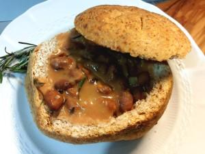 Zuppa di fagioli borlotti servita nella rosetta di pane