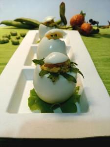 Uova sode ripiene con fave, pecorino, capperi e maionese