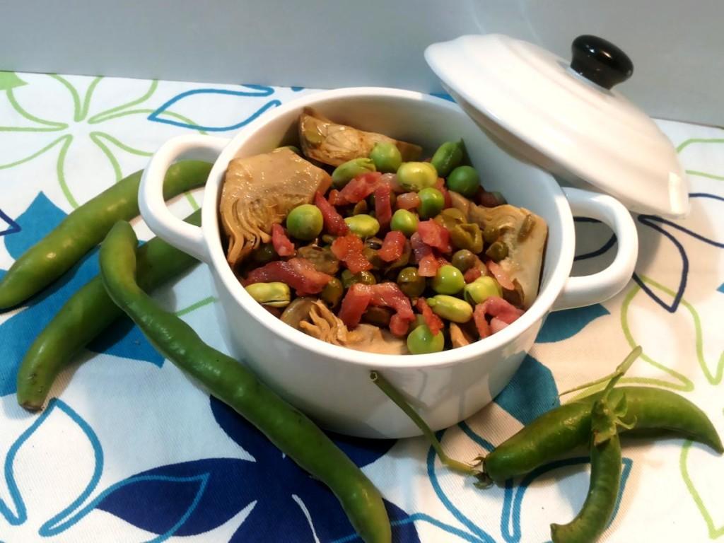 Vignarola piatto tipico della gastronomia laziale con carciofi- fave-piselli