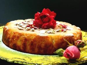 Torta persiana con farina di mandorle, pistacchi, cardamomo, aroma e sciroppo di rose