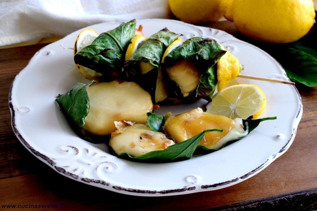 Spiendini di scamorza affumicata cotte in foglie di limone