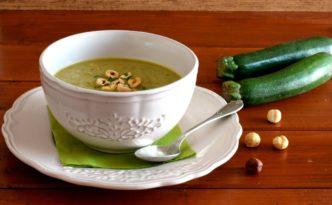Vellutata di zucchine verdi e nocciole