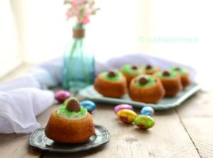 Mini cake with cheese frosting and chocolate