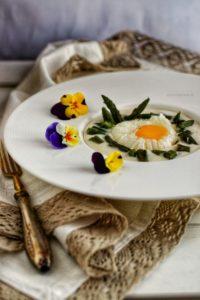 uova pochè con asparagi