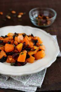 Zucca a cubotti cotta in padella con frutta secca e semi di zucca