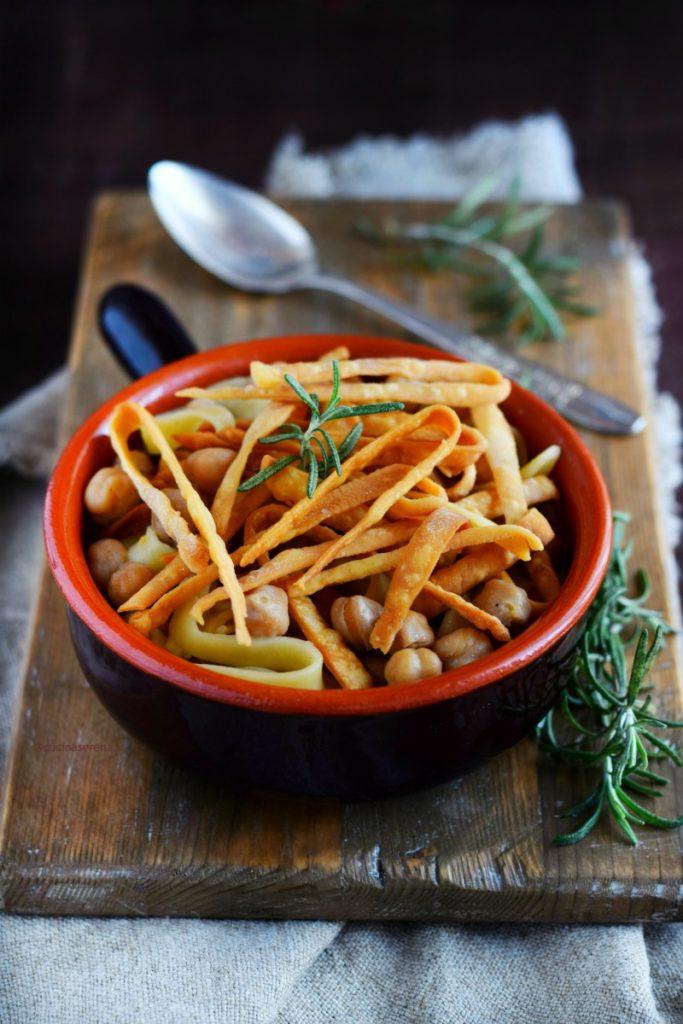 Ciceri e tria piatto di pasta fatta in casa cotta nella zuppa di ceci e servita con parte della pasta fatta in casa fritta