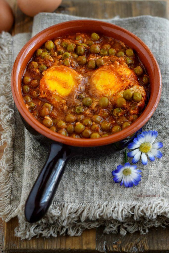 uova cotte in un sugo di pomodoro e piselli