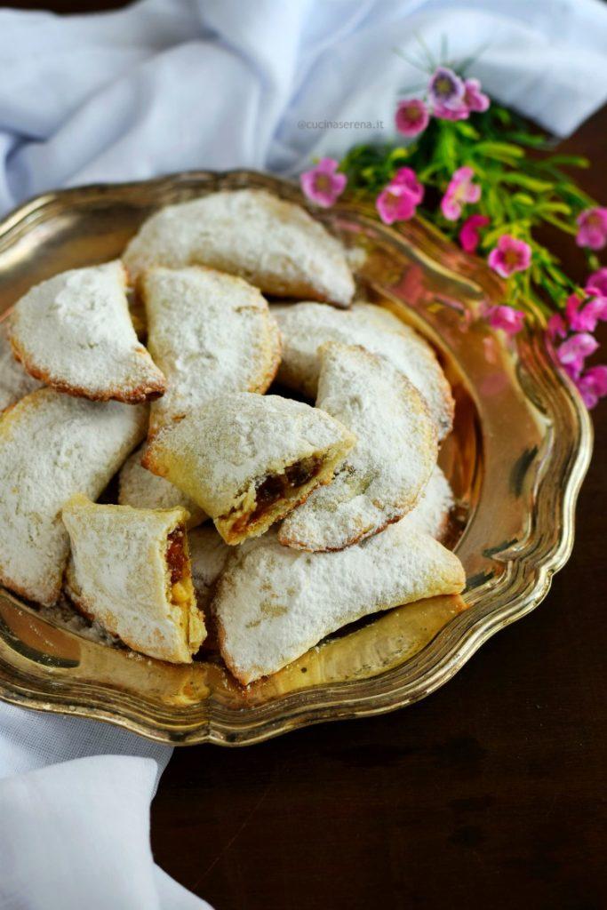Biscotti quaresimali di Salonicco, dolcetti a forma di mezzaluna ripieni di noci, albicocche secche, uva sultanina e confettura di albicocche