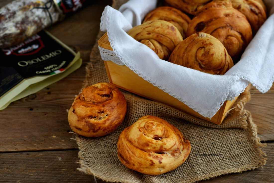 chiocciole di pasta di pane arrotolata adagiate su una stoffa di iuta, dietro altre chiocciole allineati nel cestino