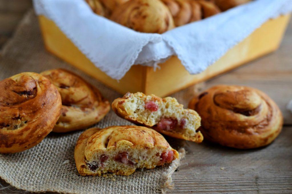 Lumachelle di Orvieto rustici fatti con pasta di pane formaggio e salumi dalla forma di chiocciole