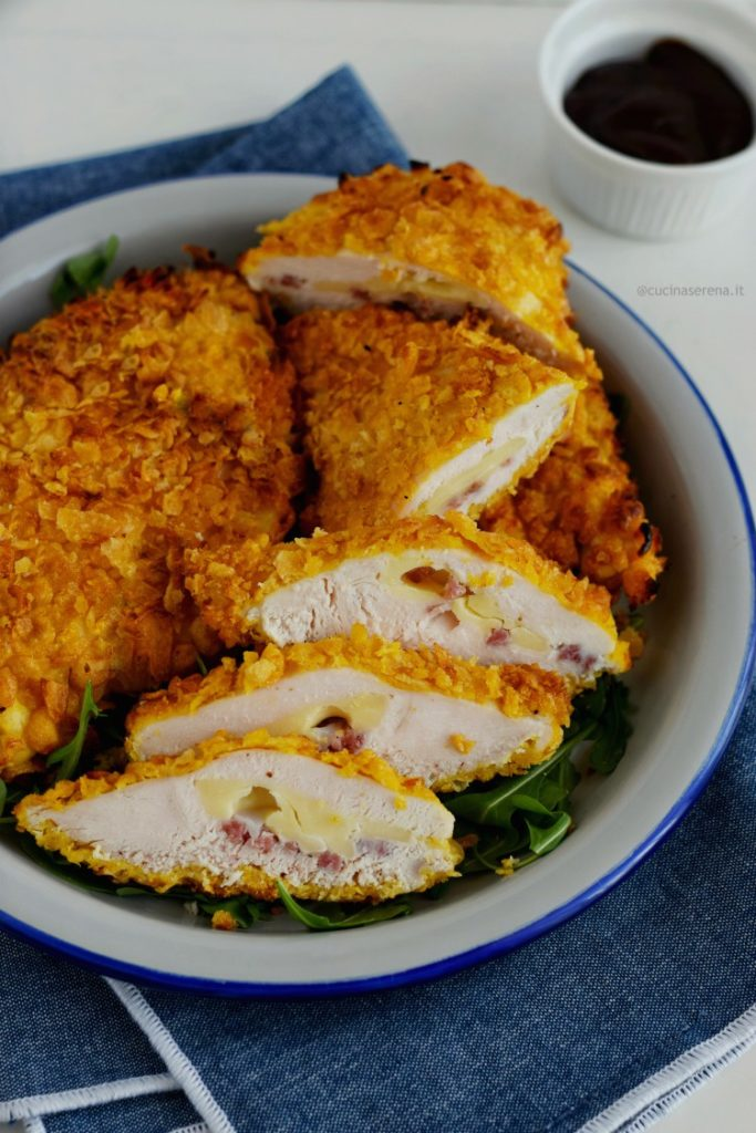 Tasche di pollo crunchy farcito con salame e formaggio e panato nei corn flakes