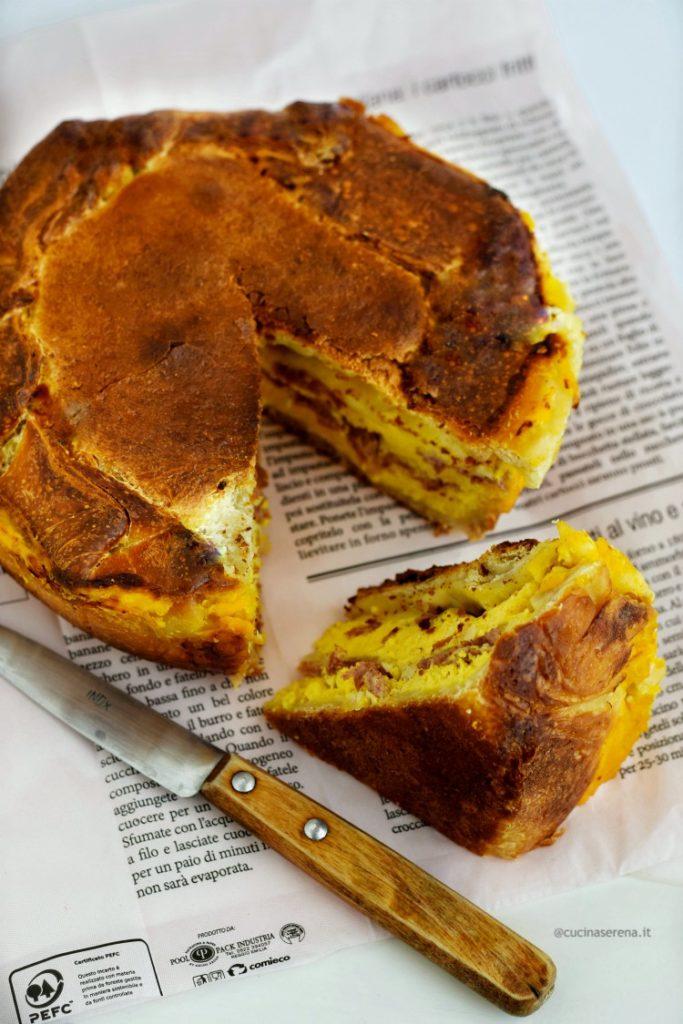 pizza chiena è una torta salata fatta cou un impasto simile alla pizza farcita con salumi, formaggio e uova e cotta in forno.