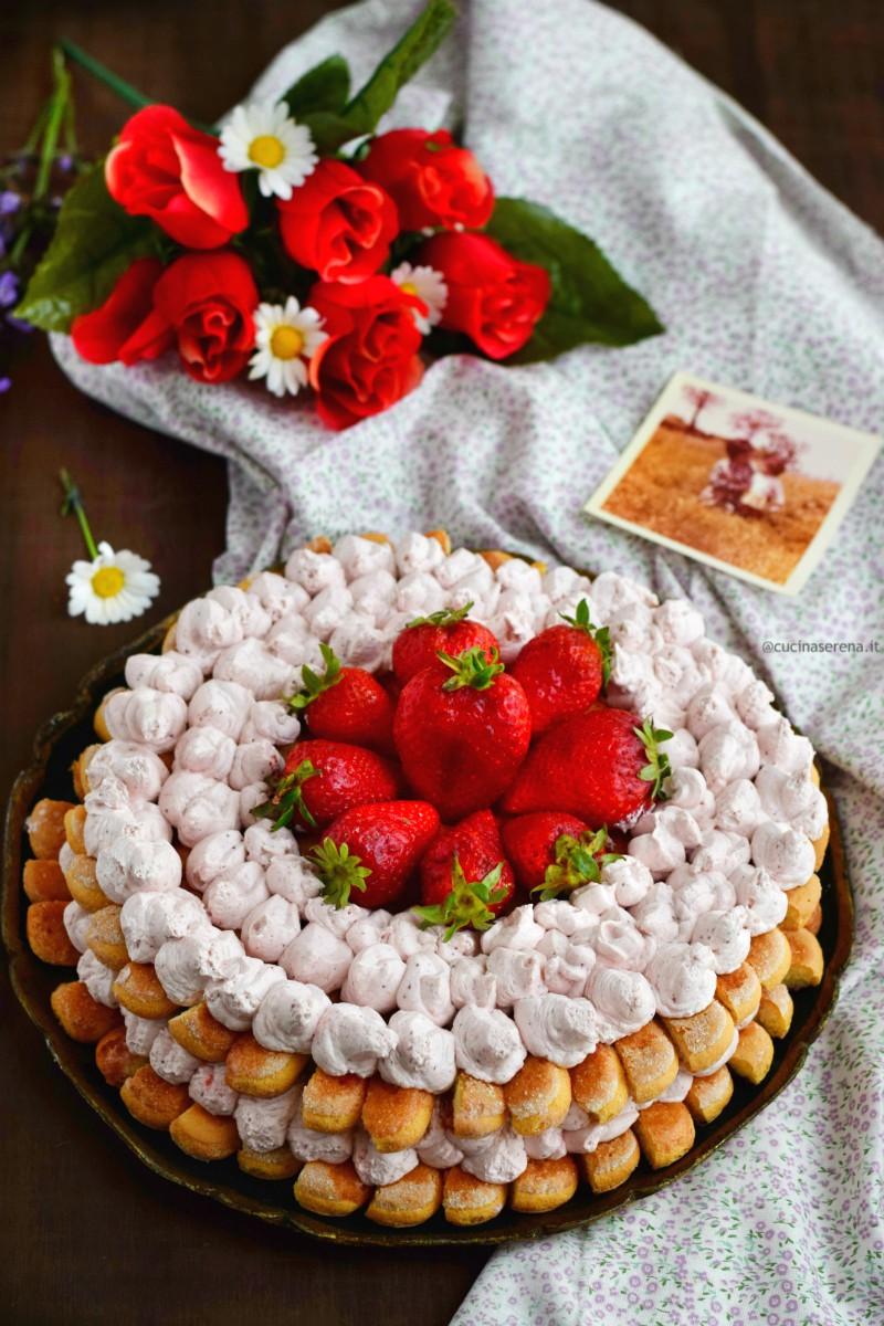 torta con fragole e mascarpone su due livelli di biscotti savoiardi disposti a raggiera inframezzati dalla crema al mascarpone e coulis di fragole