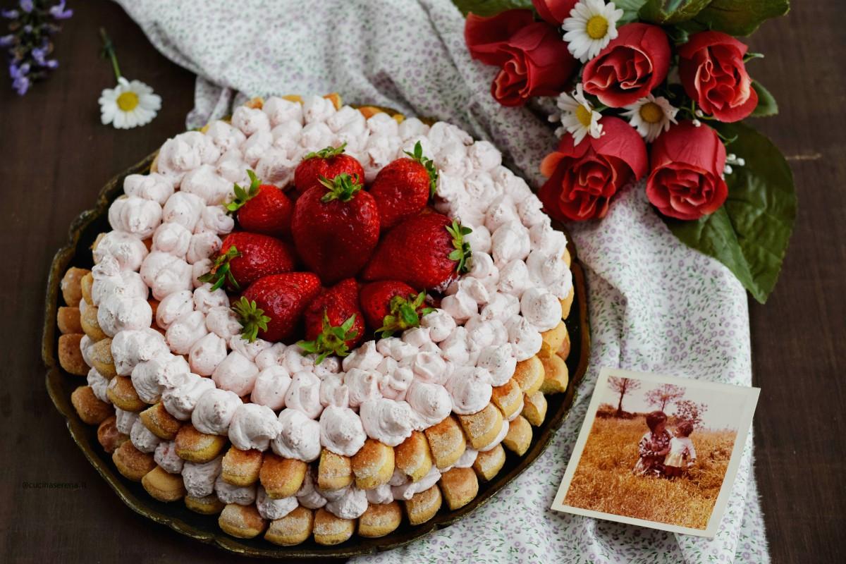 Tiramisù cake alla fragole fatta con doppio strato di savoiardi inzuppati in una bagna alle fragole, farcita con uno strato di crema al mascarpone, panna vegetale e coulis di fragole