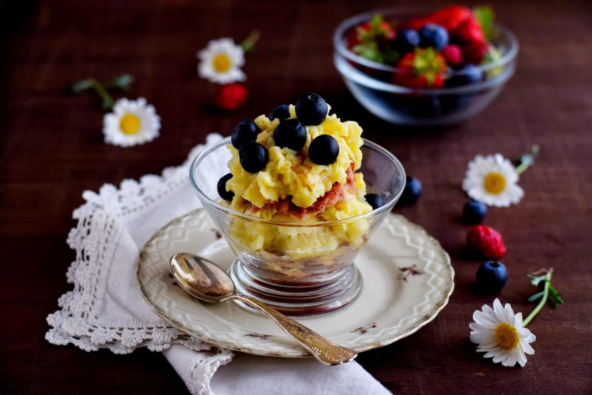 dessert ai frutti rossi fatto con pan di spagna al microonde baganto con sciroppo di frutti rossi di Rigoni di Asiago crema di Iginio Massari al microonde e frutti rossi freschi