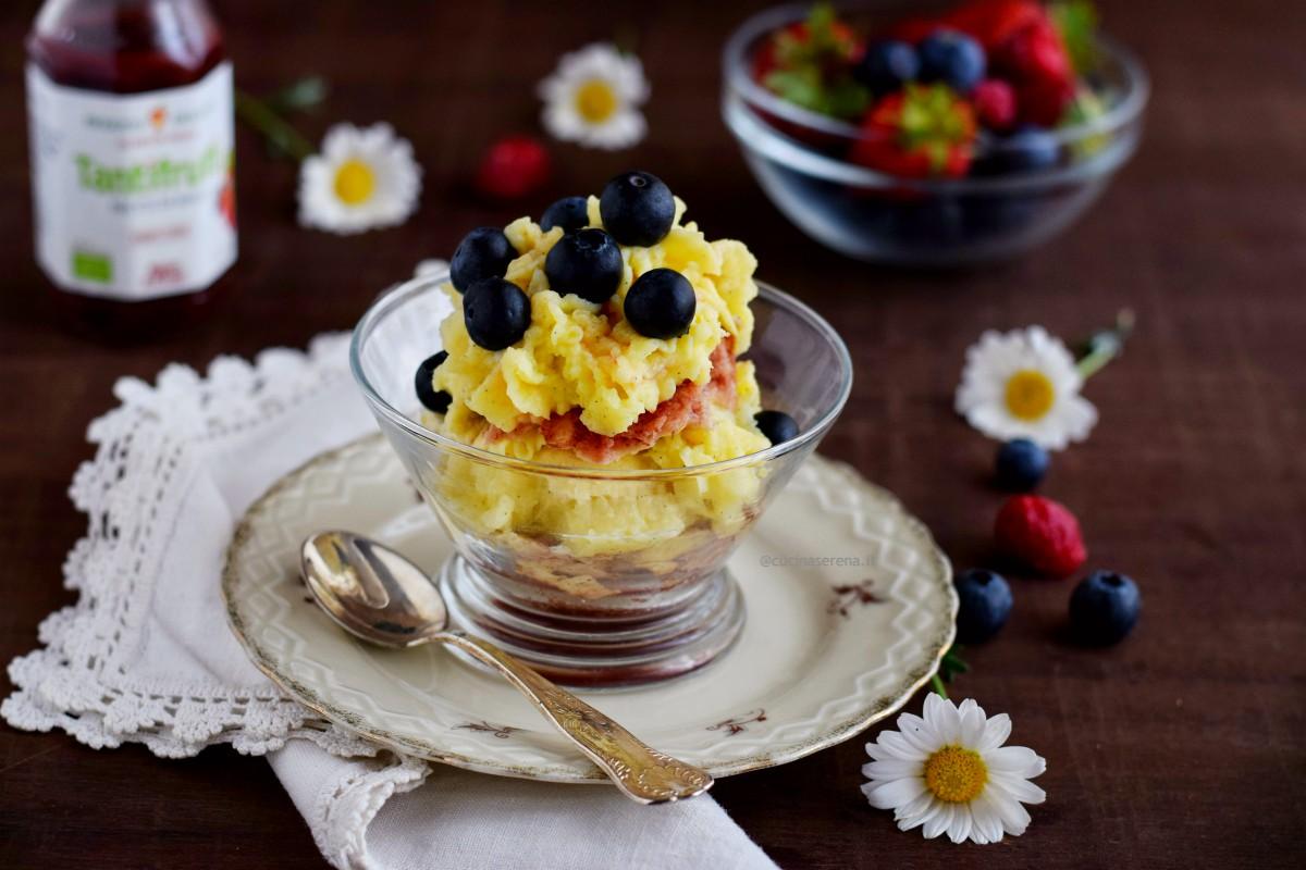 dessert al bicchiere fatto con pad si spagna e crema cotti al microonde, sciroppo ai frutti rossi e frutti rossi freschi - microwave dessert recipe