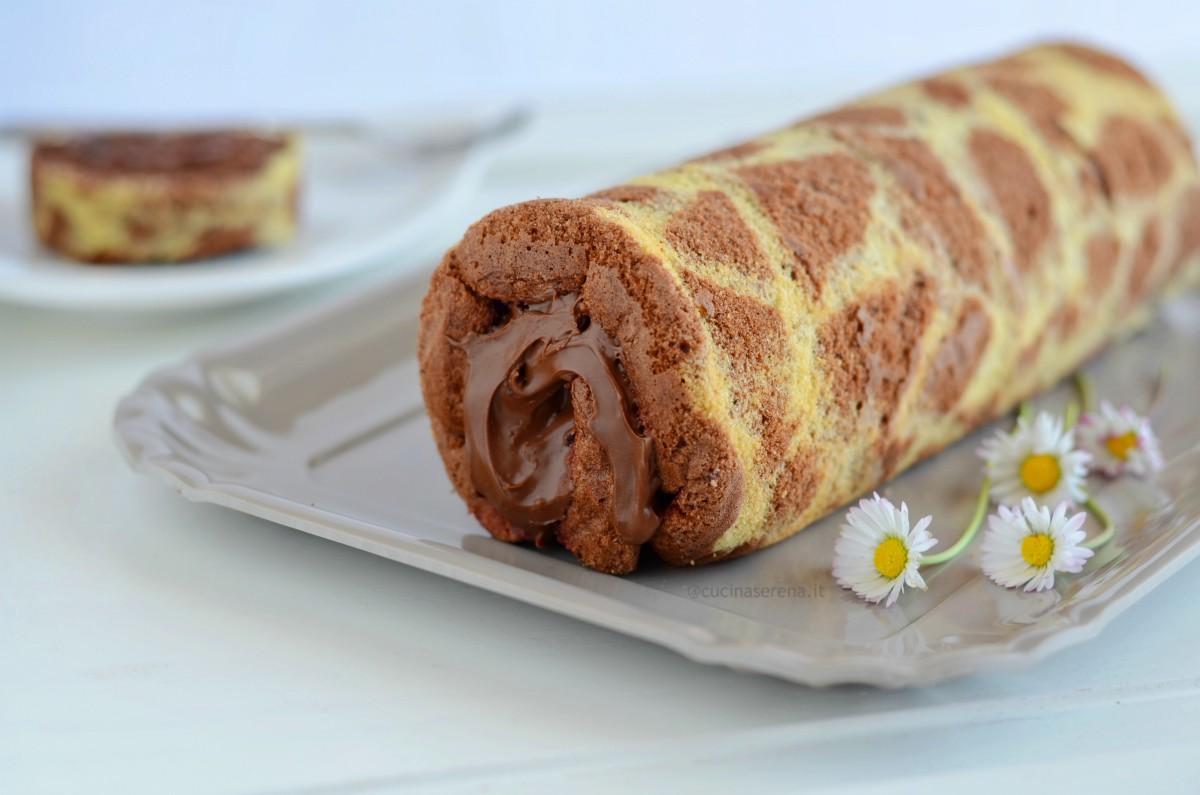 Giraffe roll cake farcito di crema di nocciola presentato intero  su un vassoio  - foto orizzontale