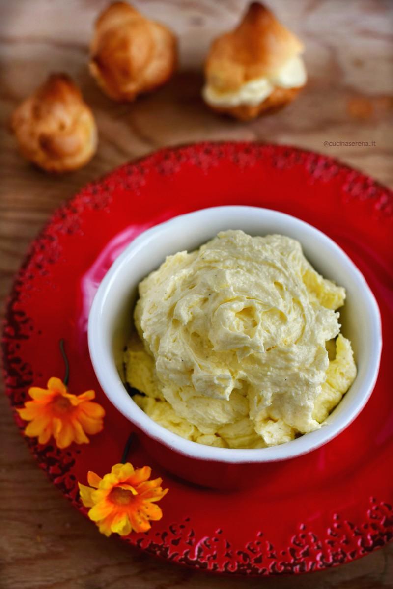 la crema mousseline è una preparazione tipica della pasticceria francese, a metà fra una crema pasticciera e una crema al burro