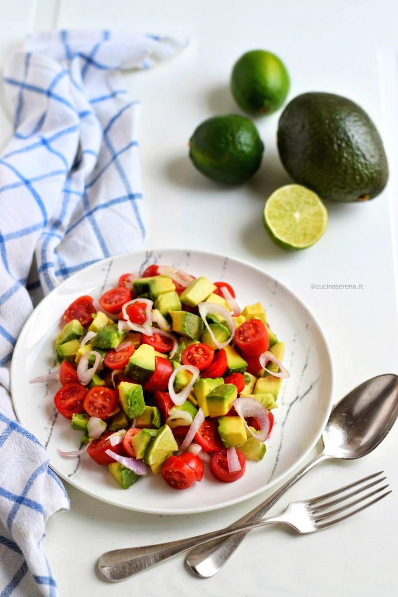 Insalata guacamole con avocado, pomodorini datterino, cipolla e peperoncino freschi condito con olio extravergine di oliva e succo di lime
