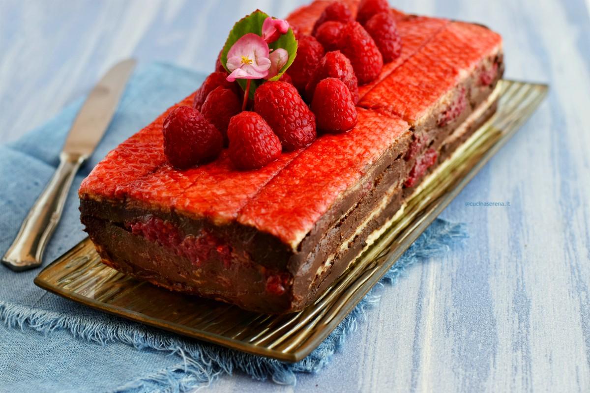 dolce estivo: si tratta di una mattonella di wafer alla vaniglia con cioccolato fondente e laponi freschi. Nella foto servita su un vassoio bronzo deposto su uno sfondo azzurro
