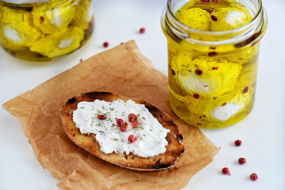 Labneh in palline messo in barattoletti ripieni di olio e spezie