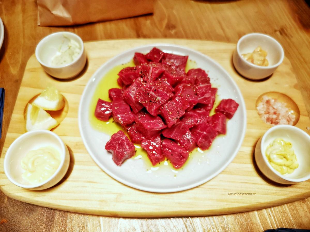 Cubrick di carne cruda, piatto del locale Fassangue a Centocelle. Nella foto cubetti di carne cruda conditi con sale pepe e olio serviti con salse