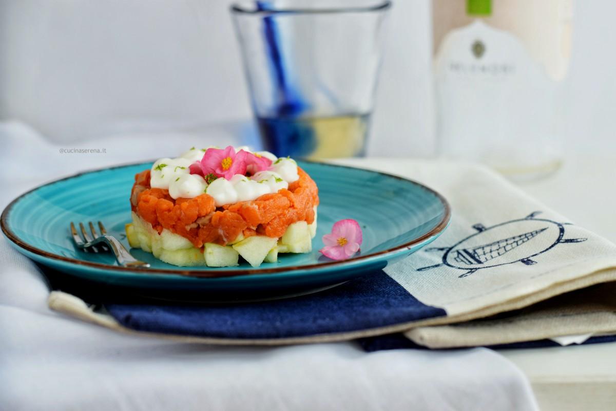 Tartare di salmone con mela verde e maionese allo yogurt senza uova