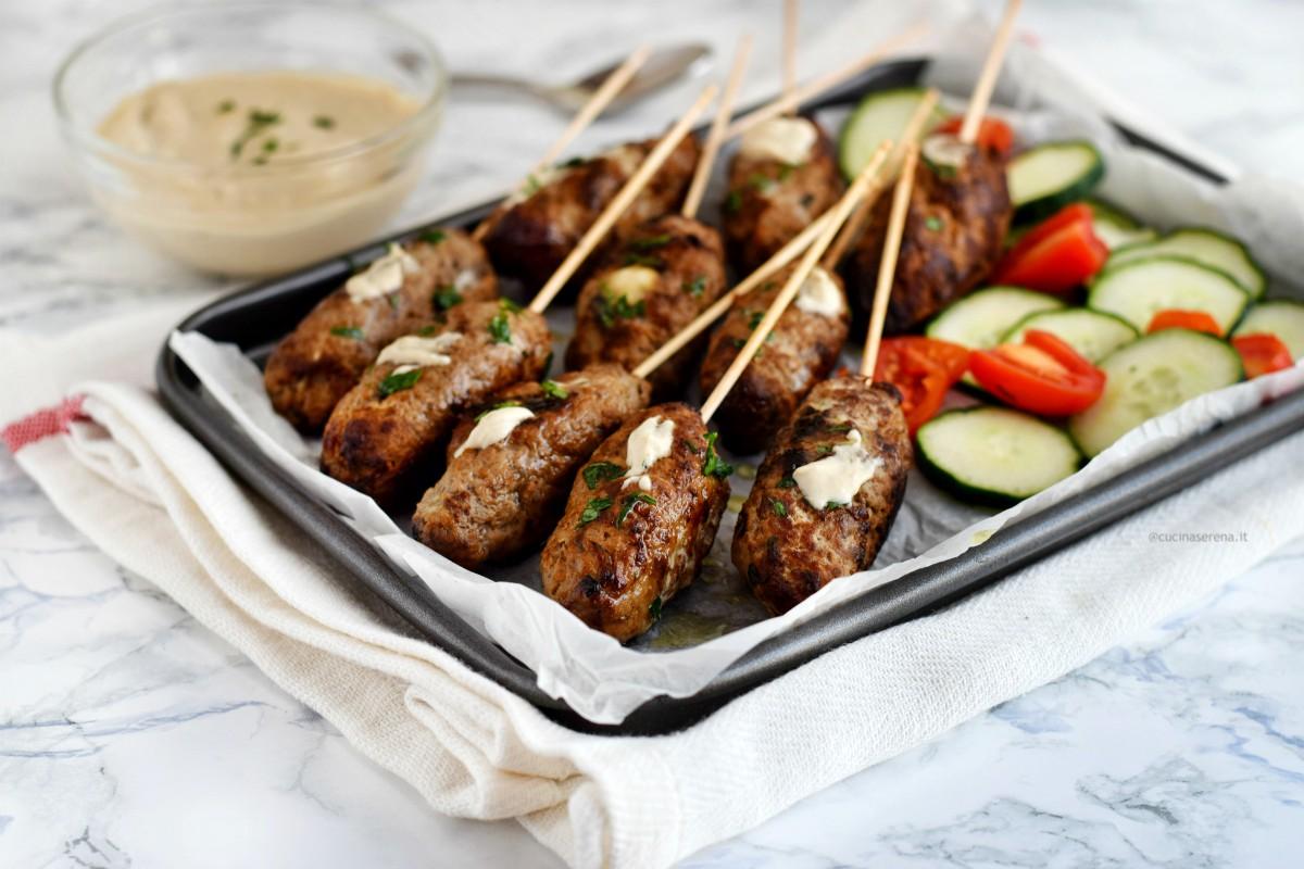 kofta meshweya, kofta di carne servita come spiedino accompagnata da salsa tahini