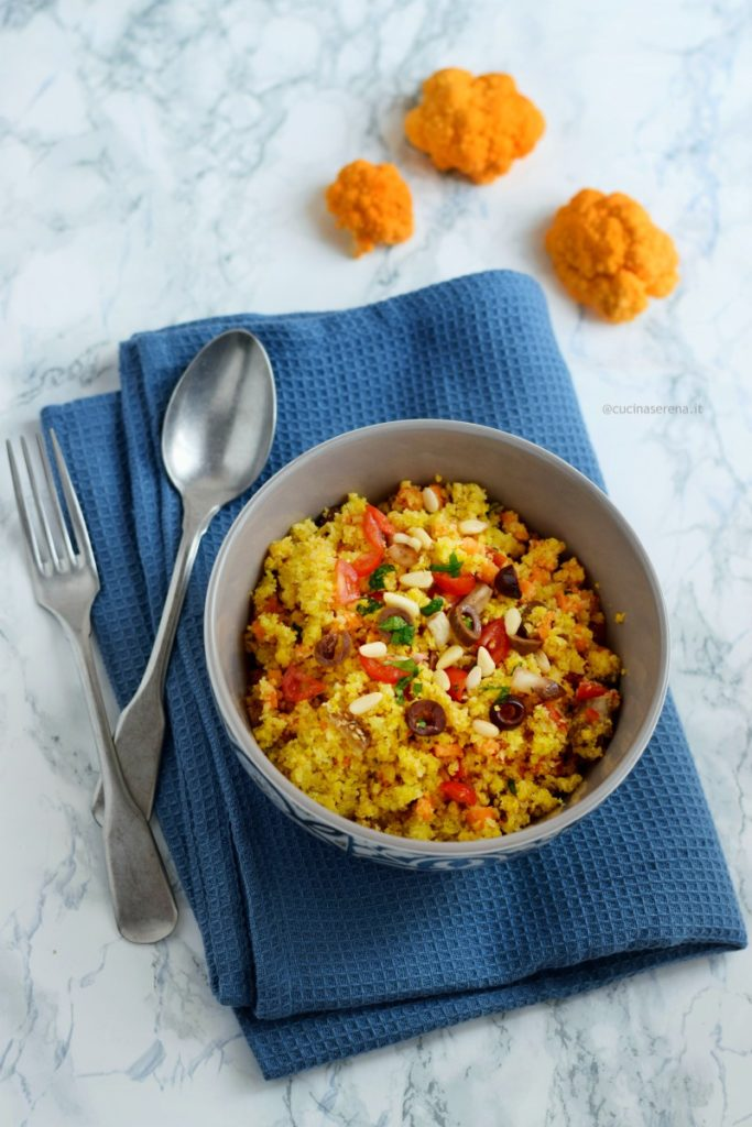 cous cous di cavolfiore con verdure e pinoli. Il cavolfiore utilizzato è la qualità arancione che richiama il cous cous vero