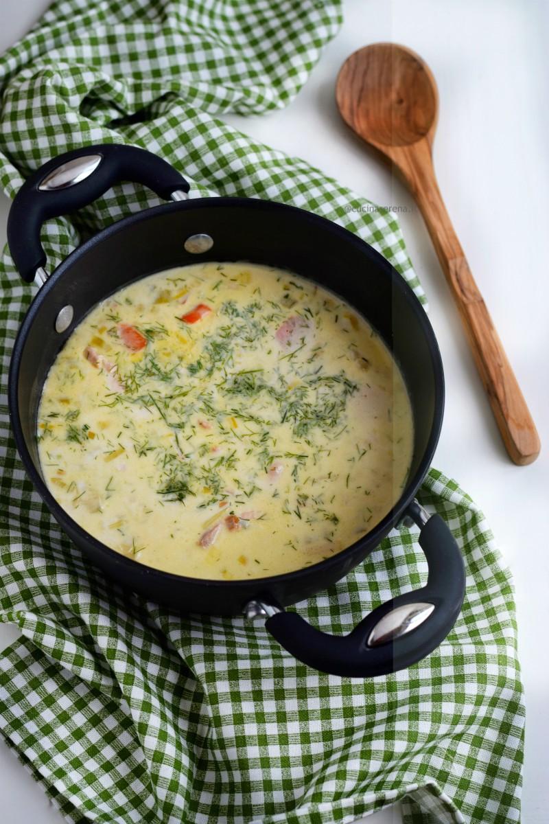 Lohikeitto è una zuppa di salmone finlandese fatta con porri, patate, carote cotta in brodo di pesce e panna e servita con abbondante aneto.
