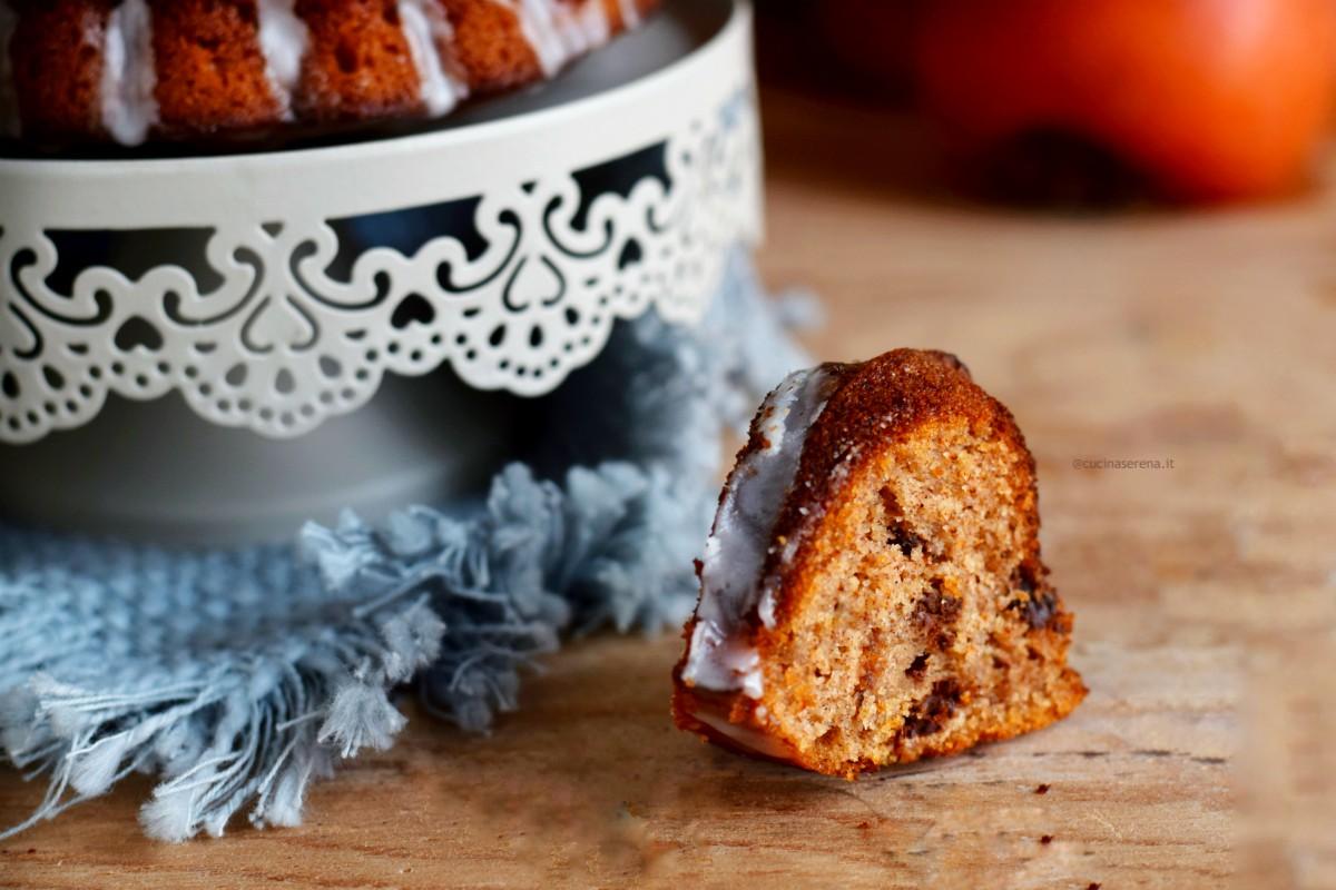 Fetta di torta ai cachi con polpa del caco e cioccolato fondente