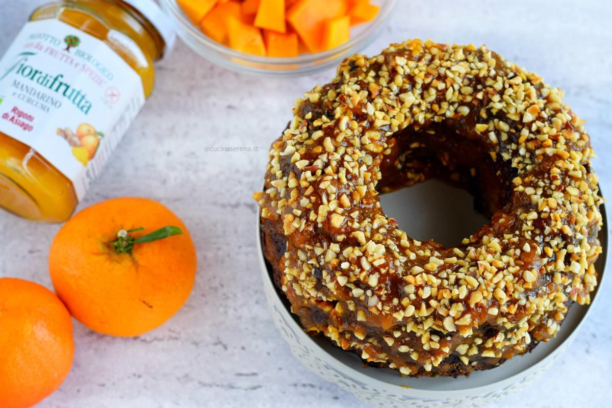 Torta alla zucca con mandarino e curcuma gluten free ricoperto con glassa alla confettura di mandarino e curcuma e granella di nocciole.