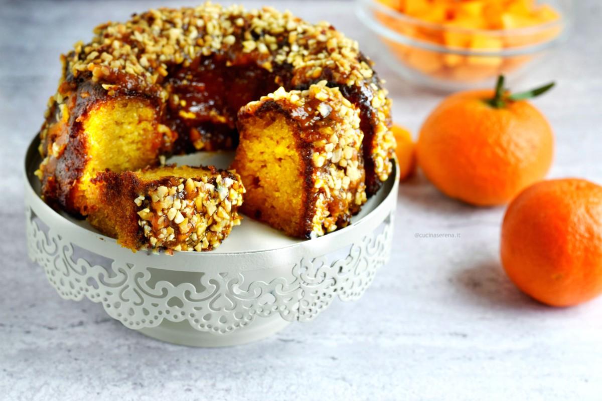 Torta alla zucca con mandarino e curcuma glassata alla confettura di mandarino e curcuma Rigono di Asiago e decorata con granella di nocciole