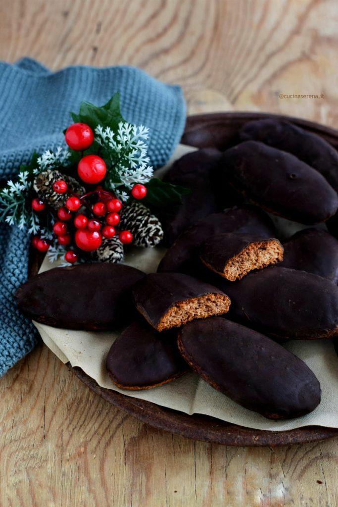 biscotti morbidi speziati ricoperti di cioccolato