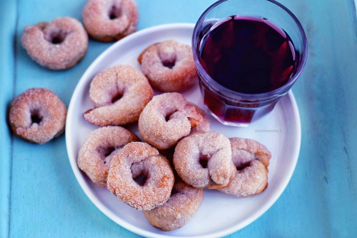 Ciambelline al vino rosso dei castelli romani. Fatte con olio, vino, zuccchero, farina e poco lievito.