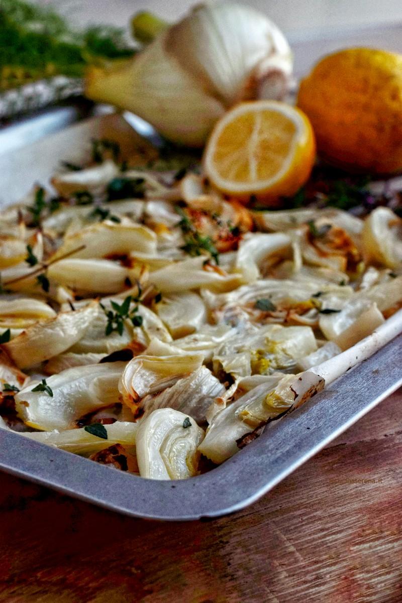 finocchi al  fornocon timo e limone - nella foto presentati in un teglia dal forno cosparsi di timo