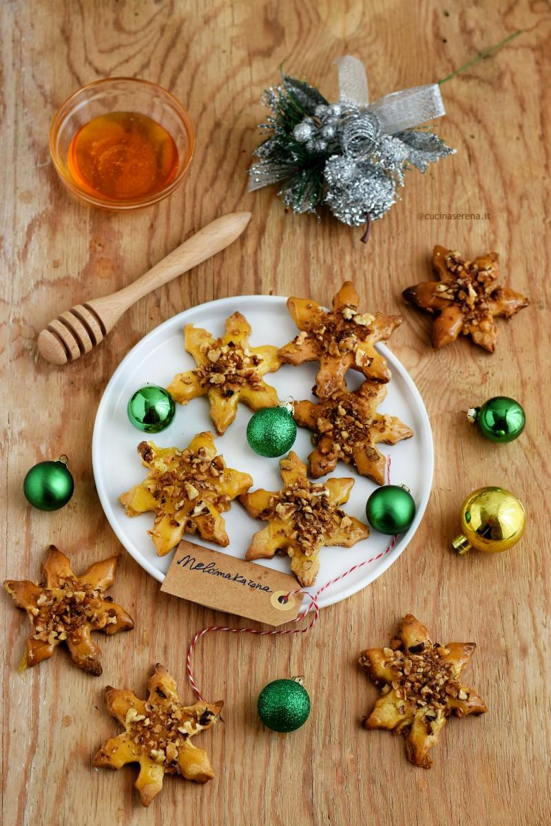 Melomakarona biscotti di origine greca tipici del natale ellenico a base di farina zucchero uova olio d'oliva, glassati con miele e decorati con gherigli di noci
