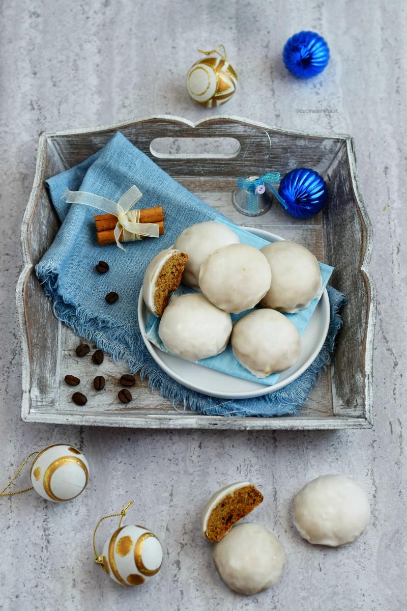 Pryaniki è un dolce speziato russo chiamato da alcuni biscotto ma più simile a un pan di spezie ricoperto di glassa di zucchero