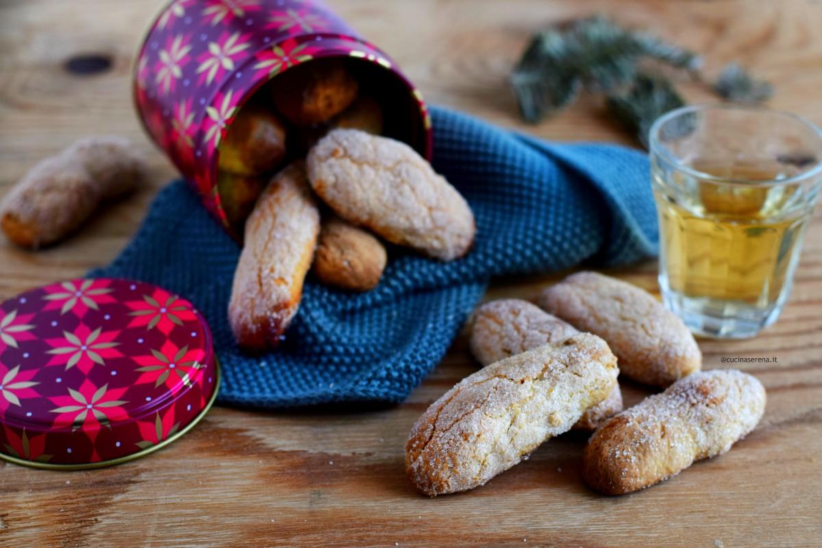'mbriachelle laziali tipici biscotti laziali nella foto presentati in un barattolo aperto senza tappo con i biscotti che fuoriscono dal contenitore