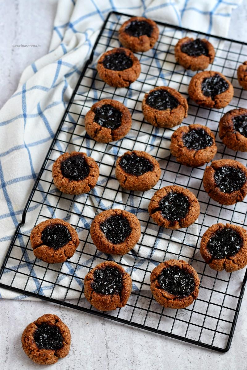 Thimbprint biscotti con la cavità centrale piena di confettura di mirtilli. versione gluten free con farina di grano saraceno