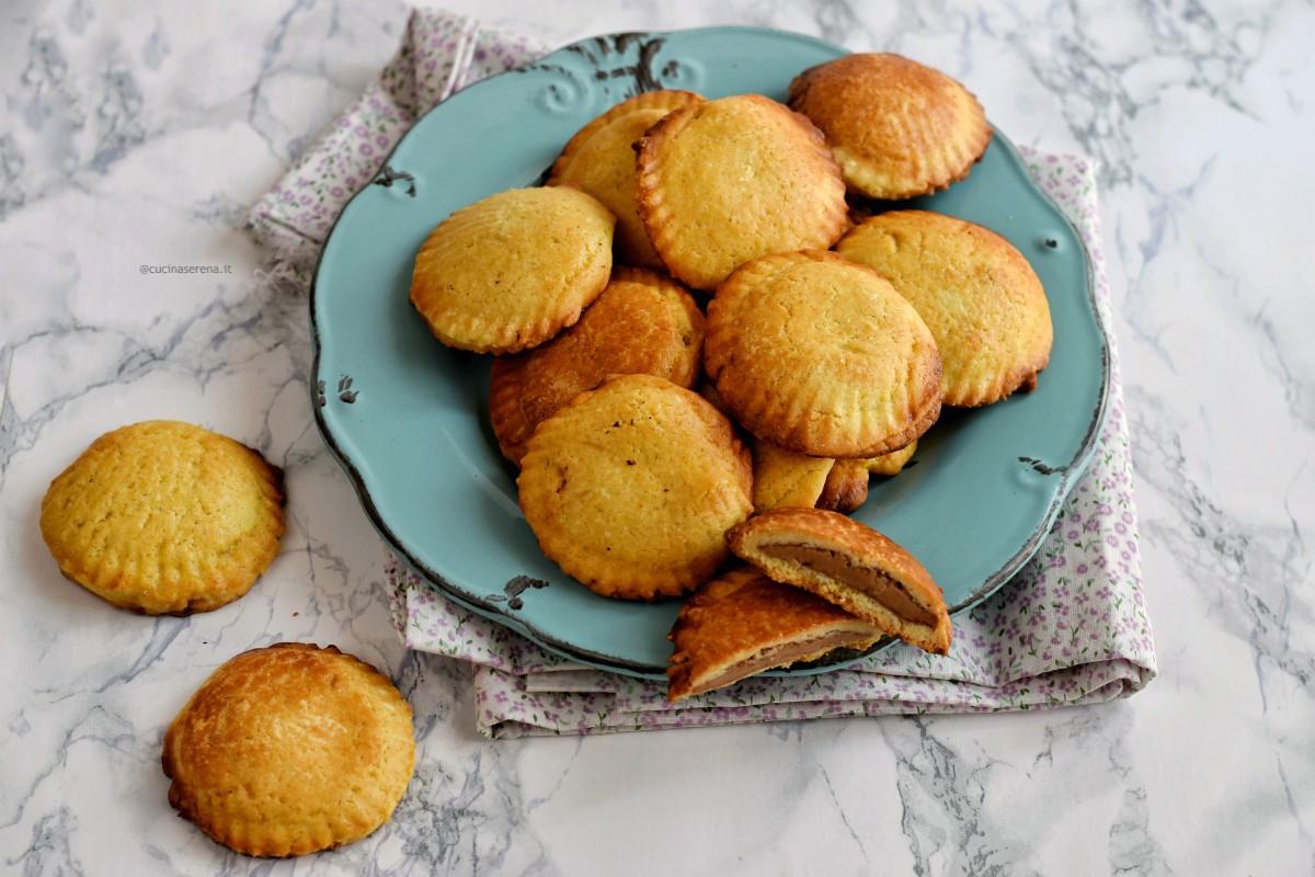 Ravioli dolci di carnevale di pasta frolla al forno a forma di conchiglia