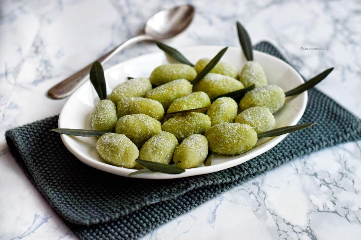 Le olivette di Sant'Agata sono dolci di pasta di mandorle fatta in casa e colorata di verde dall'aspetto e la grandezza di un'oliva